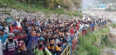 सीमामा अलपत्र नेपाली एक हजार छ सय रुपैयाँ तिरेर स्वदेश भत्रिदै